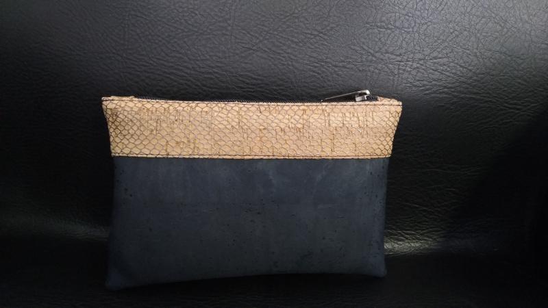 Pochette simple en  liège bleu filet argent/bleu