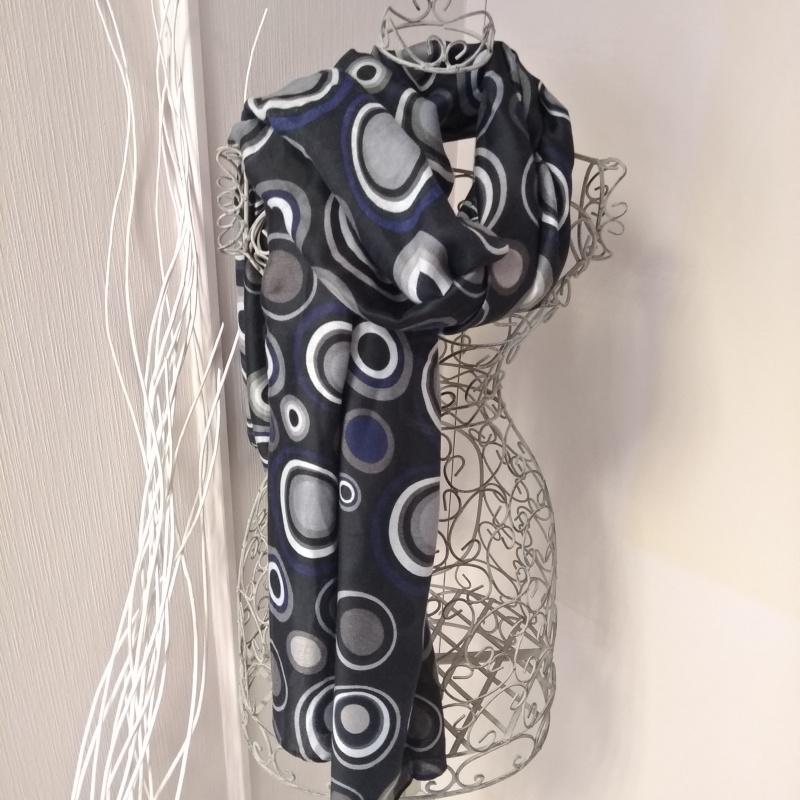 Echarpe noire avec rond bleu