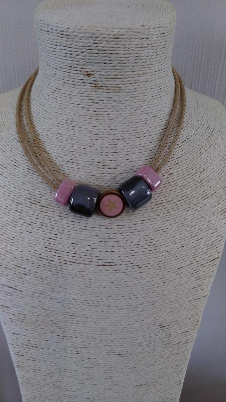 Collier en liège perle céramique gris et rose