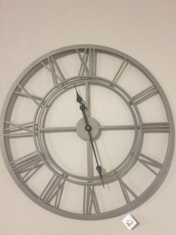 Horloge ajourée (grise)
