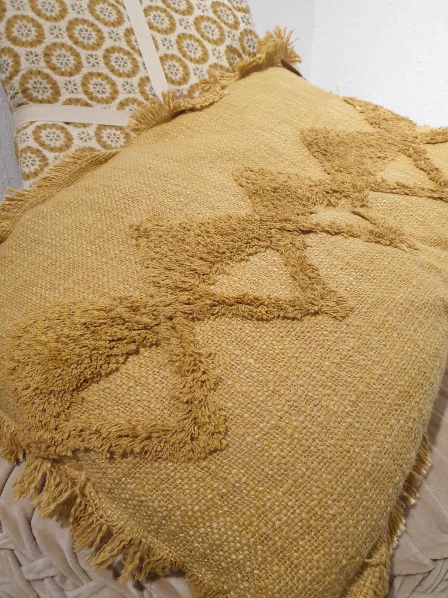 Coussin rectangle Hoggar coton brut tufté safran  COU229